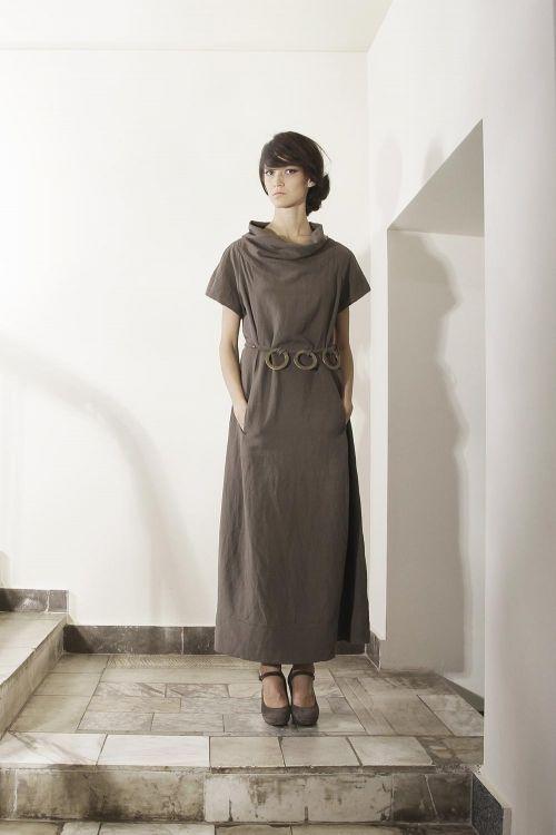 Льняное платье закругленного силуэта