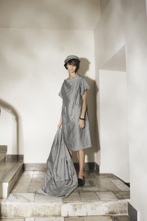 Платье прямого силуэта из жатой ткани
