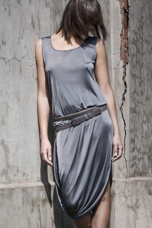 Платье-майка из блестящей вискозы с перекрученным низом
