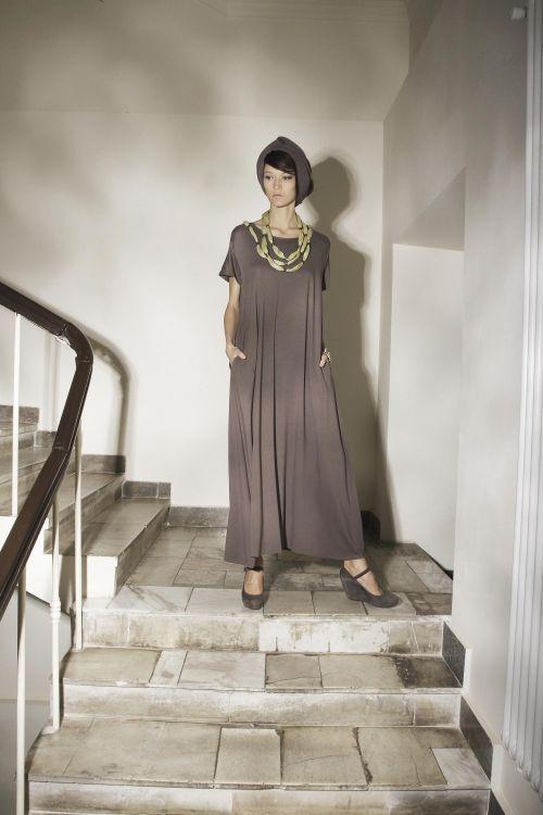 Широкое пластичное платье с кокеткой и поясом