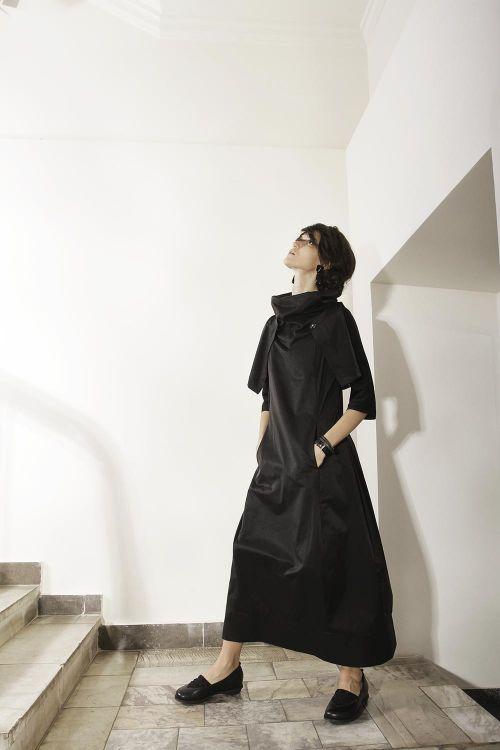 Длинное платье-хомут без рукавов