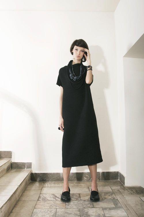 Платье прямого силуэта без рукавов