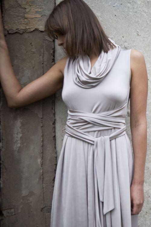 Платье из атласной вискозы с капюшоном