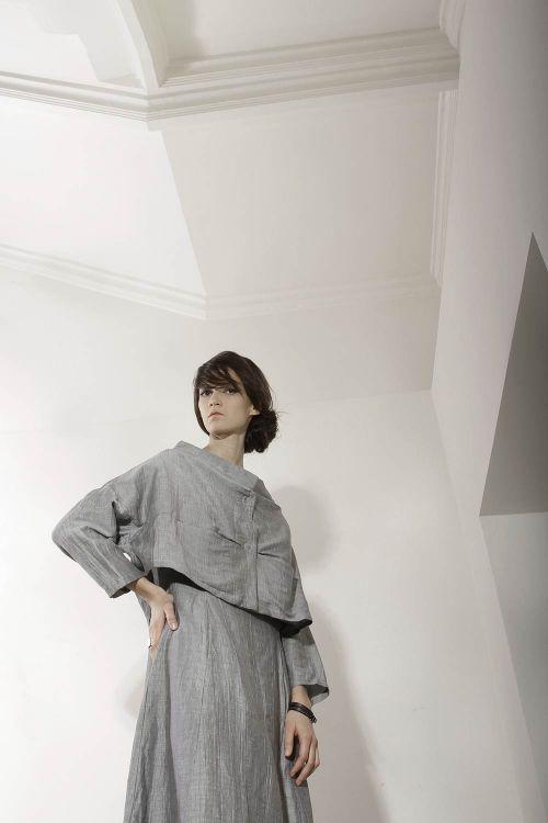Длинное платье закругленного силуэта из жатой ткани