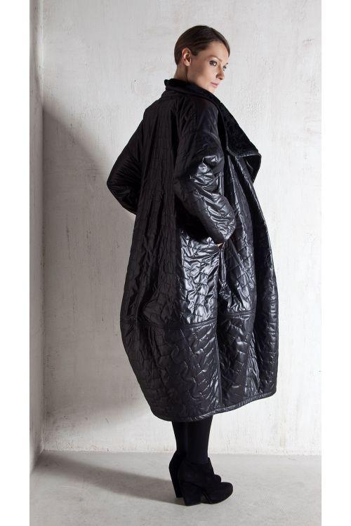 Пальто-кимоно объемное, стеганное мехом